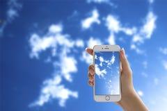 Femme tirant le ciel nuageux Images libres de droits