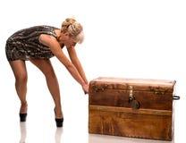 Femme tirant le grand coffre en bois Images stock