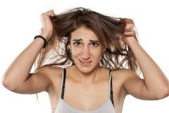 Femme tirant son cheveu photo stock