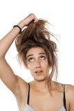 Femme tirant son cheveu photos stock