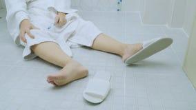 Femme tombant dans la salle de bains banque de vidéos