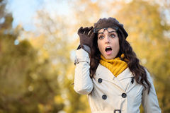 Femme étonnée par mode avec l'eyewear en automne Images libres de droits