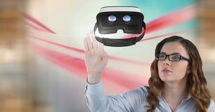 Femme touchant et agissant l'un sur l'autre avec le casque de réalité virtuelle avec l'effet de transition Image stock