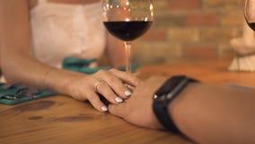 Femme touchant la main d'homme tandis que dîner romantique en égalisant le restaurant Main femelle touchant la main masculine à é banque de vidéos
