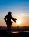 Femme touchant le soleil Images stock