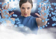 Femme touchant les icônes se reliantes sur le fond digitalement produit image stock