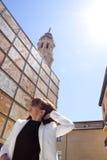 Femme touchant ses cheveux dans la place de Seo de La Image stock