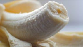 Femme touchant sexuellement avec un couteau de banane épurée, vue haute étroite de macro clips vidéos