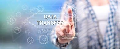 Femme touchant un concept de transfert des données image libre de droits