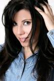 Femme tousling le long cheveu avec des doigts Images stock