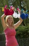 Femme traînant son lavage photographie stock libre de droits