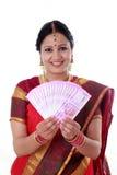 Femme traditionnelle tenant de nouvelles 2000 notes de roupie Image stock