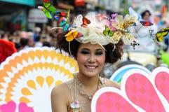 Femme traditionnellement habillée dans le cortège sur Chiang Mai trente-septième Flo images stock
