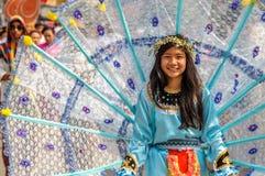 Femme traditionnellement habillée dans le cortège sur Chiang Mai trente-septième Flo photographie stock