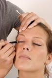 Femme traité par un beautician Images stock