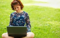 Femme travaillant à l'extérieur Photographie stock