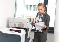 Femme travaillant à la machine de copie photo stock