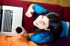 Femme travaillant à la maison avec le pouce de technologie  photographie stock libre de droits