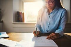 Femme travaillant à la maison le bureau Photos stock