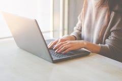 Femme travaillant à la maison ou mains de bureau sur l'ordinateur portable de clavier photographie stock
