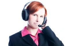 Femme travaillant à un centre d'attention téléphonique Photographie stock