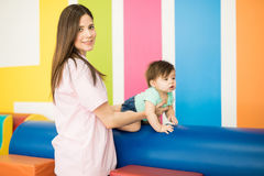 Femme travaillant à un centre de thérapie d'enfant image stock
