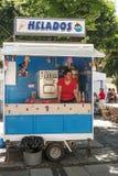 Femme travaillant à un stand de crème glacée  Photo libre de droits