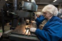 Femme travaillant à une foreuse Photographie stock libre de droits