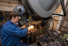 Femme travaillant à une foreuse Photographie stock