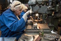 Femme travaillant à une foreuse Images stock