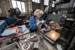 Femme travaillant à une foreuse Image libre de droits