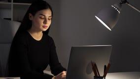 Femme travaillant au bureau La lumière commence le blinkink Et elle a peur de quelque chose clips vidéos