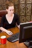 Femme travaillant au clavier de PC Photo stock