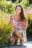 Femme travaillant aux usines de roses Photos stock