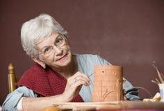 Femme travaillant avec de l'argile Image libre de droits