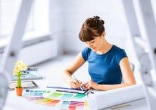 Femme travaillant avec des échantillons de couleur pour la sélection photo stock