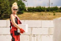 Femme travaillant avec des airbricks photo stock