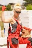 Femme travaillant avec des briques image stock