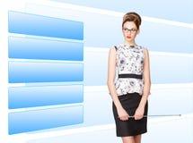Femme travaillant avec l'écran virtuel Photographie stock libre de droits