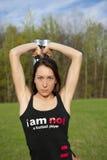 Femme travaillant avec l'haltère Photo libre de droits