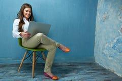 Femme travaillant avec l'ordinateur portable dans l'espace de travail moderne Image stock