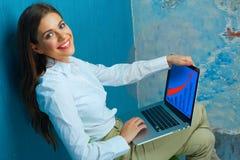 Femme travaillant avec l'ordinateur portable dans l'espace de travail moderne Photographie stock
