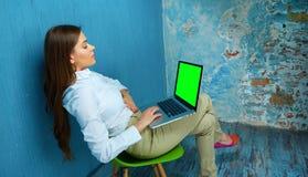 Femme travaillant avec l'ordinateur portable dans l'espace de travail moderne Photo stock
