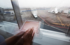 Femme travaillant avec la tablette dans le terminal d'aéroport Image stock