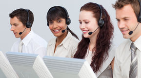 Femme travaillant avec son équipe à un centre d'attention téléphonique Photos stock