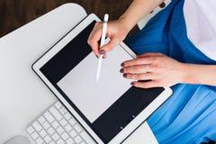 Femme travaillant avec un comprimé numérique Images stock