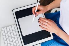 Femme travaillant avec un comprimé numérique Images libres de droits