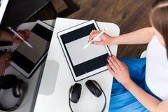 Femme travaillant avec un comprimé numérique Photographie stock