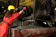 Femme travaillant dans l'industrie du bâtiment images stock