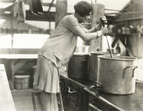 Femme travaillant dans la cuisine de soupe Photos stock